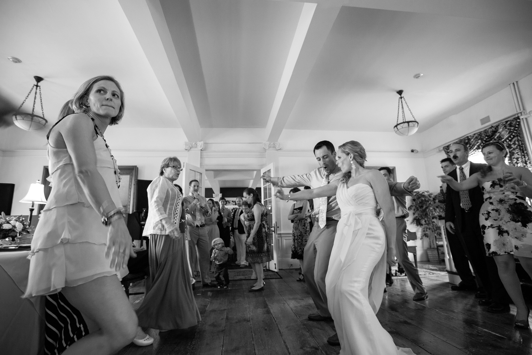 ReceptionDancing_BW_WeddingCouple